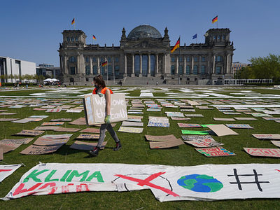 Eine Protestaktion von Fridays For Future vor dem Reichstag am 24. April 2020